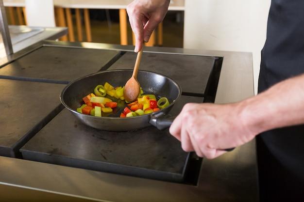 Chef cocinando una receta