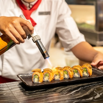 Chef cocinando salmon foie gras roll,