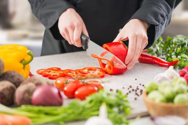 Chef cocinar comida cocina restaurante cortar cocinar cocinar