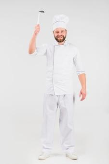 Chef cocinero con cucharón sonriendo