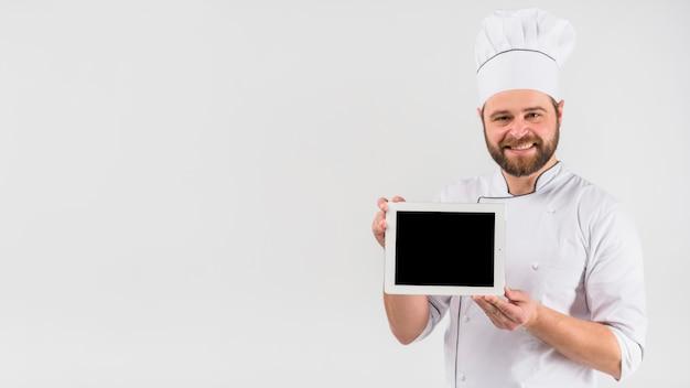 Chef cocinero sosteniendo la tableta