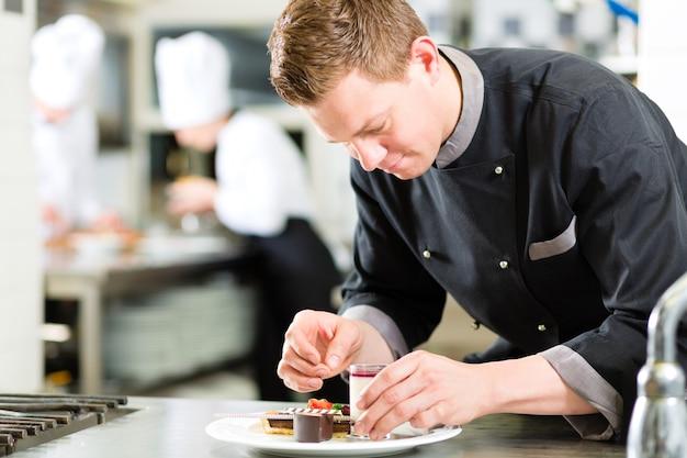 Chef como patissier cocinando en el postre del restaurante