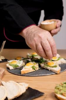 Chef condimento plato con huevos fritos