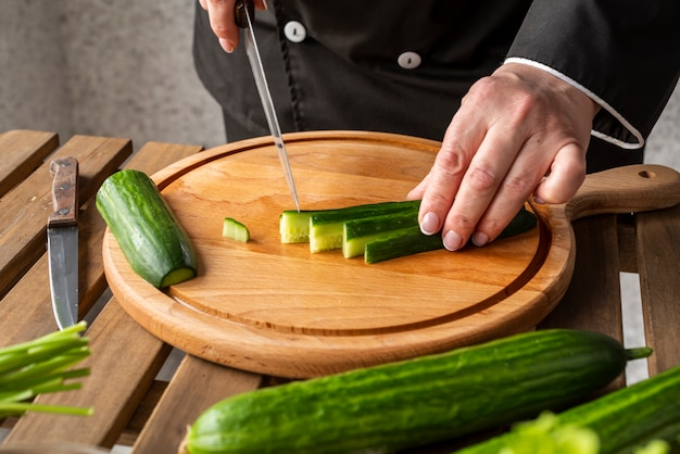 Chef cortando pepinos