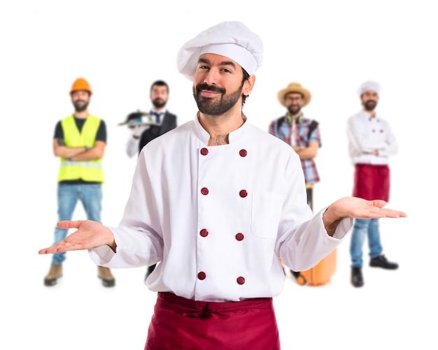 Chef con dudas sobre fondo blanco