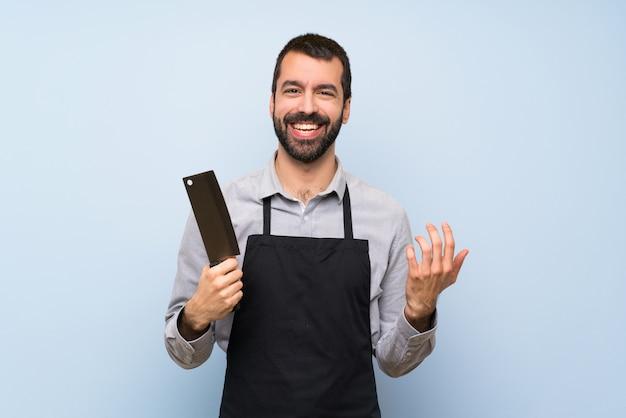 Chef feliz sobre pared azul