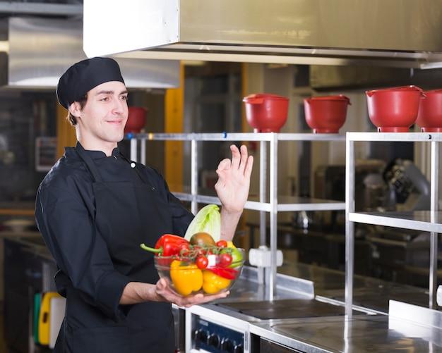 Chef con frutas y verduras