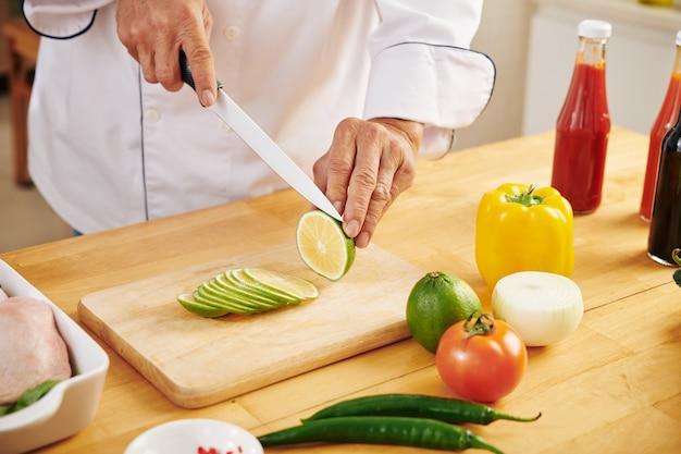 Chef haciendo adobo de limón