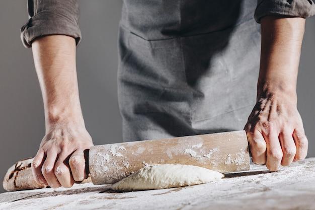Chef haciendo y amasando masa fresca