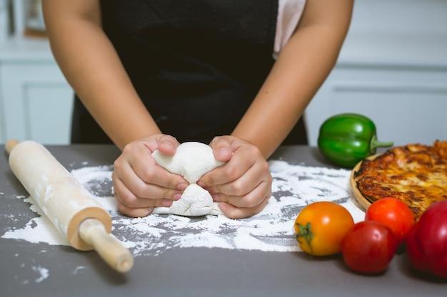 Chef haciendo pizza en la cocina