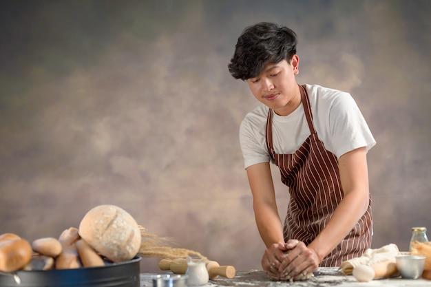 Chef hipster con estilo manos preparando pan pasta cruda para pan con ingredientes