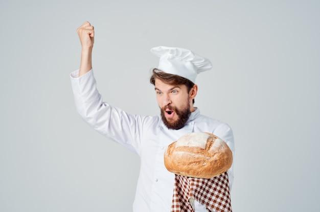 Chef hombre barbudo con pan en la mano industria culinaria