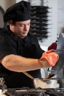 Chef masculino en cocina cocina