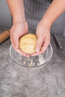 Chef moldeando masa con ambas manos