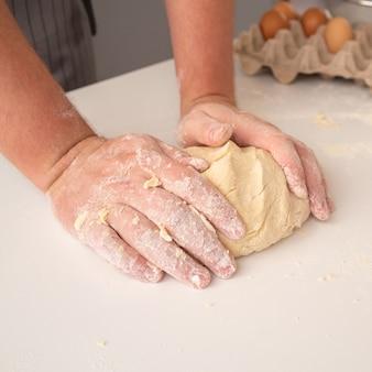 Chef moldeando masa con huevos