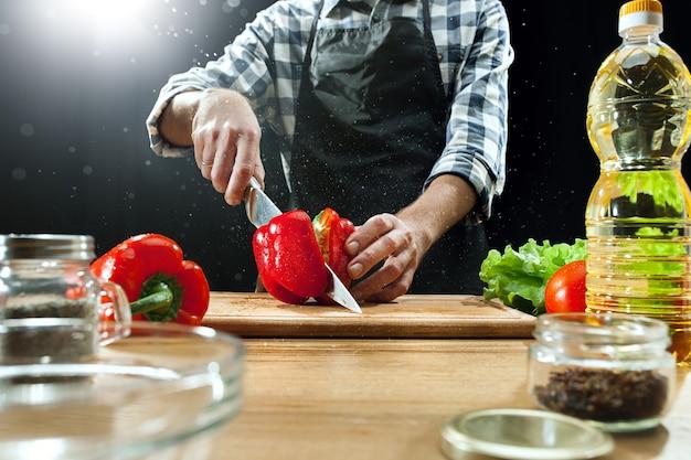 Chef mujer cortando verduras frescas