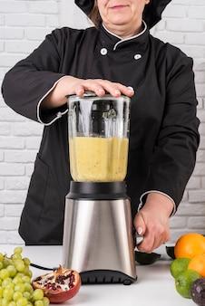 Chef mujer mezclando fruta