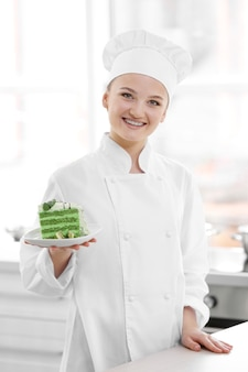 Chef mujer trabajando en la cocina