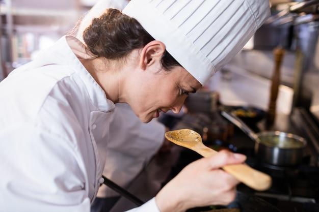 Chef oliendo comida en la cocina