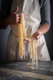 Chef con pasta cruda