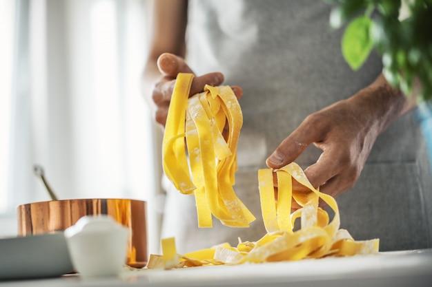Chef de pasta hace pasta italiana fresca