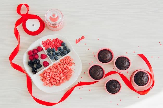 Chef pastelero de niña prepara pastelitos