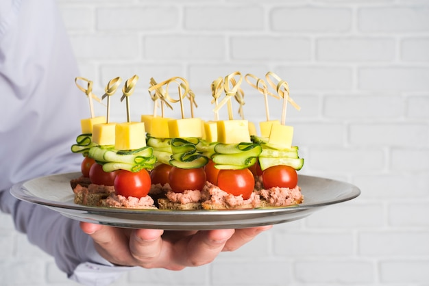 Chef con plato con comida de catering