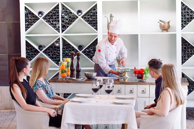 El chef prepara la pasta para los visitantes.