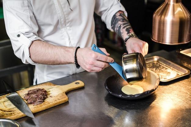 Chef prepara solomillo de ternera en la cocina del restaurante