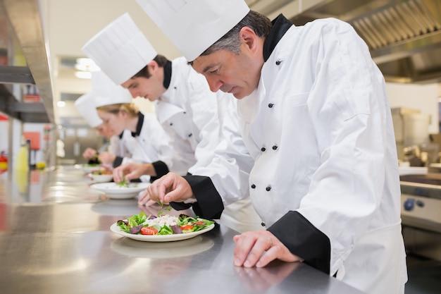 Chef prepara sus ensaladas