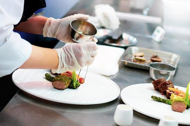 Chef preparando comida, comida, en la cocina, chef cocinando, chef decorando el plato