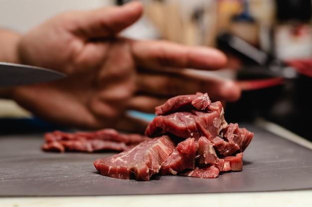 Chef preparando filete tártaro de solomillo de vaca vieja con 40 días de maduración en restaurante