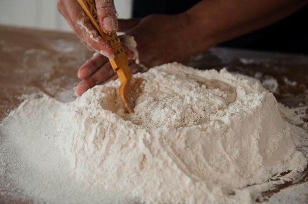 Chef preparando masa. proceso de cocción, trabajo con harina