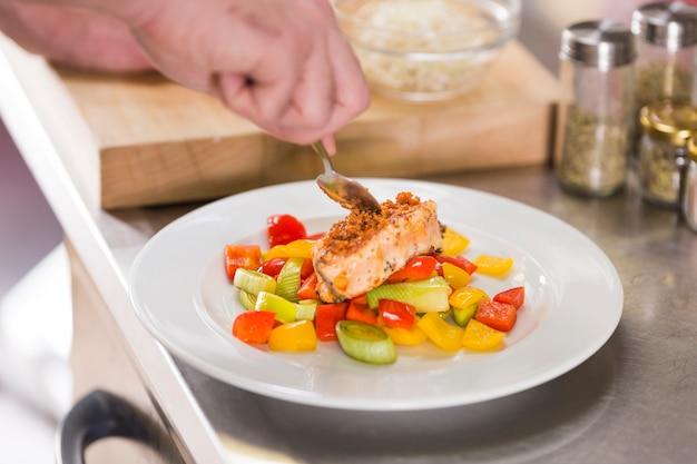 Chef preparando un plato de comida saludable