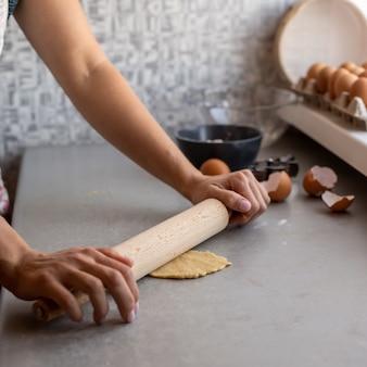 Chef presionando masa