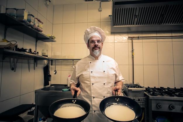 Chef profesional haciendo panqueques