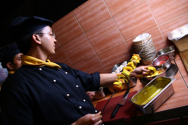 Chef profesional hombre haciendo carne