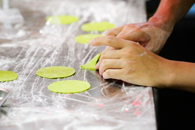 Chef que hace pasta fresca hecha en casa, que cocina pasta italiana o fideos