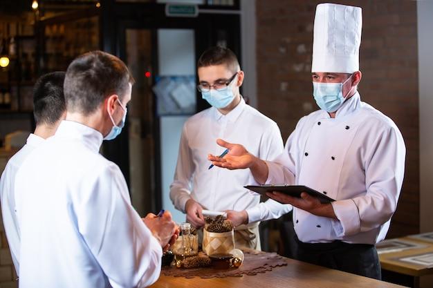 El chef realiza una sesión informativa a los empleados en el restaurante.