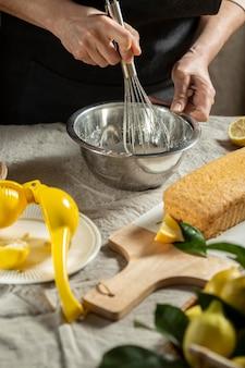 Chef de repostería con batidor de ingredientes de la torta