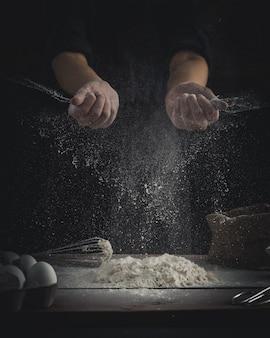 Chef rociando harina