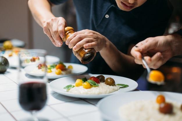 Chef sirve plato en casa cena