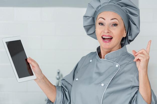 Chef sonriente con tableta
