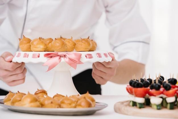 Chef sosteniendo el plato con merengue flameado