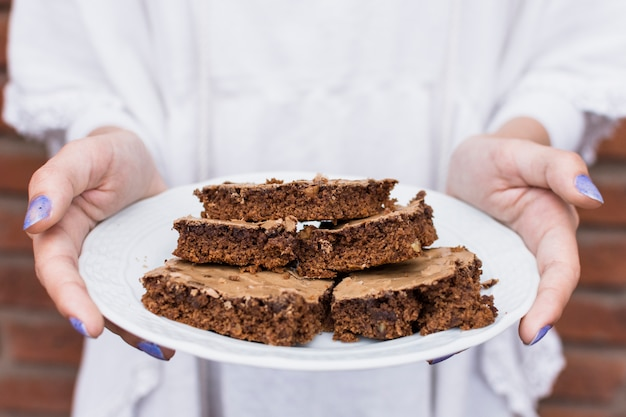 Chef sujetando delicioso biscocho