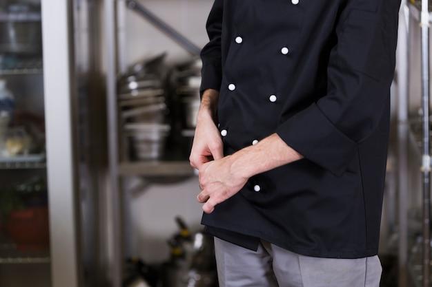 Chef con una tabletchef con uniforme y menaje de cocina