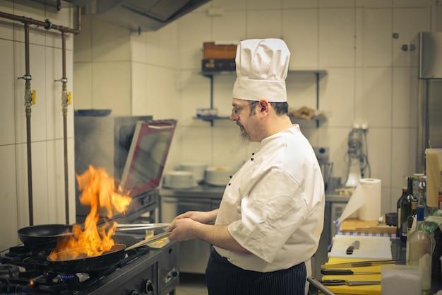 Chef trabajando en la cocina