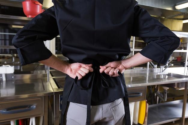 Chef con uniforme en una cocina