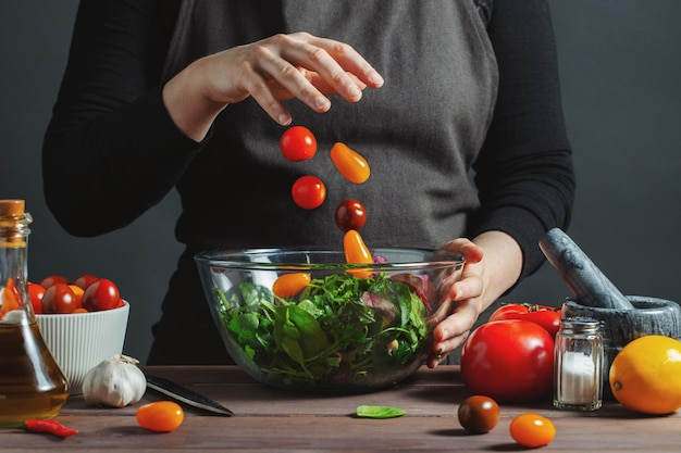 Chef vierte los tomates cherry en un tazón