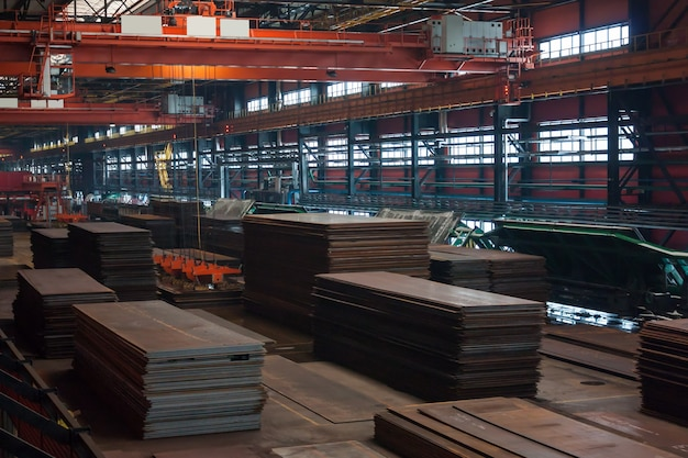 Chelyabinsk, rusia - 22 de octubre de 2014: láminas de acero tecnológicas en la planta de laminación de tubos